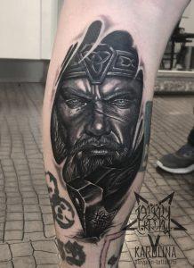 Портретная черно-серая татуировка