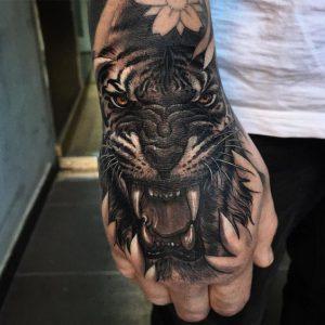 Тату на кисти. Что нужно знать, если вы планируете сделать татуировку на кисти.