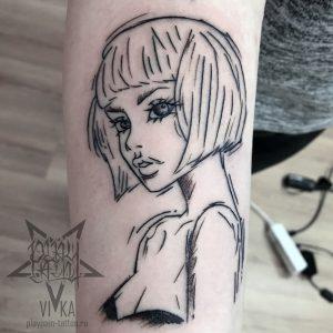 Девочка в графике, небольшая татуировка на руке