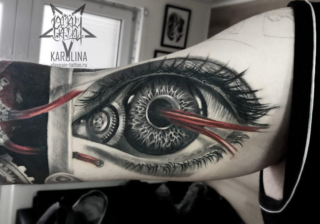Биомеханический глаз, тату на бицепсе
