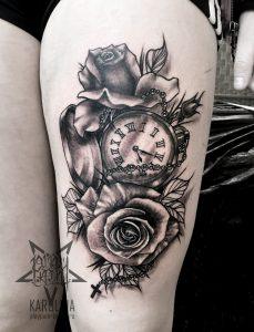 Черно-серый Нью скул, татуировка на бедре