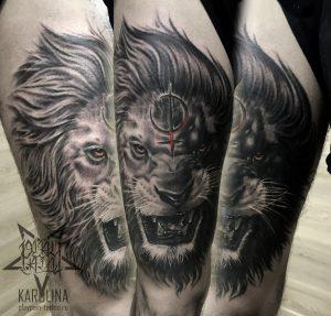 Лев в черно-сером реализме, мужская тату на бедре