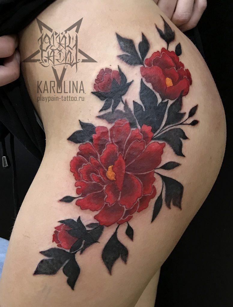 Татуировка цветов на бедре