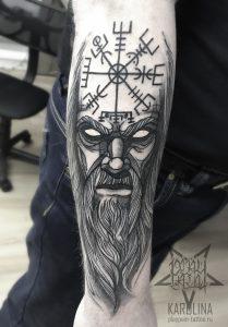 Татуировка в графике, мужчина и руны