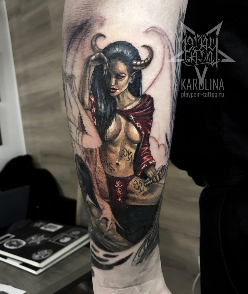Девушка с рогами,цветная татуировка на руке