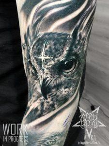 Сова в черно-сером реализме, татуировка на плече