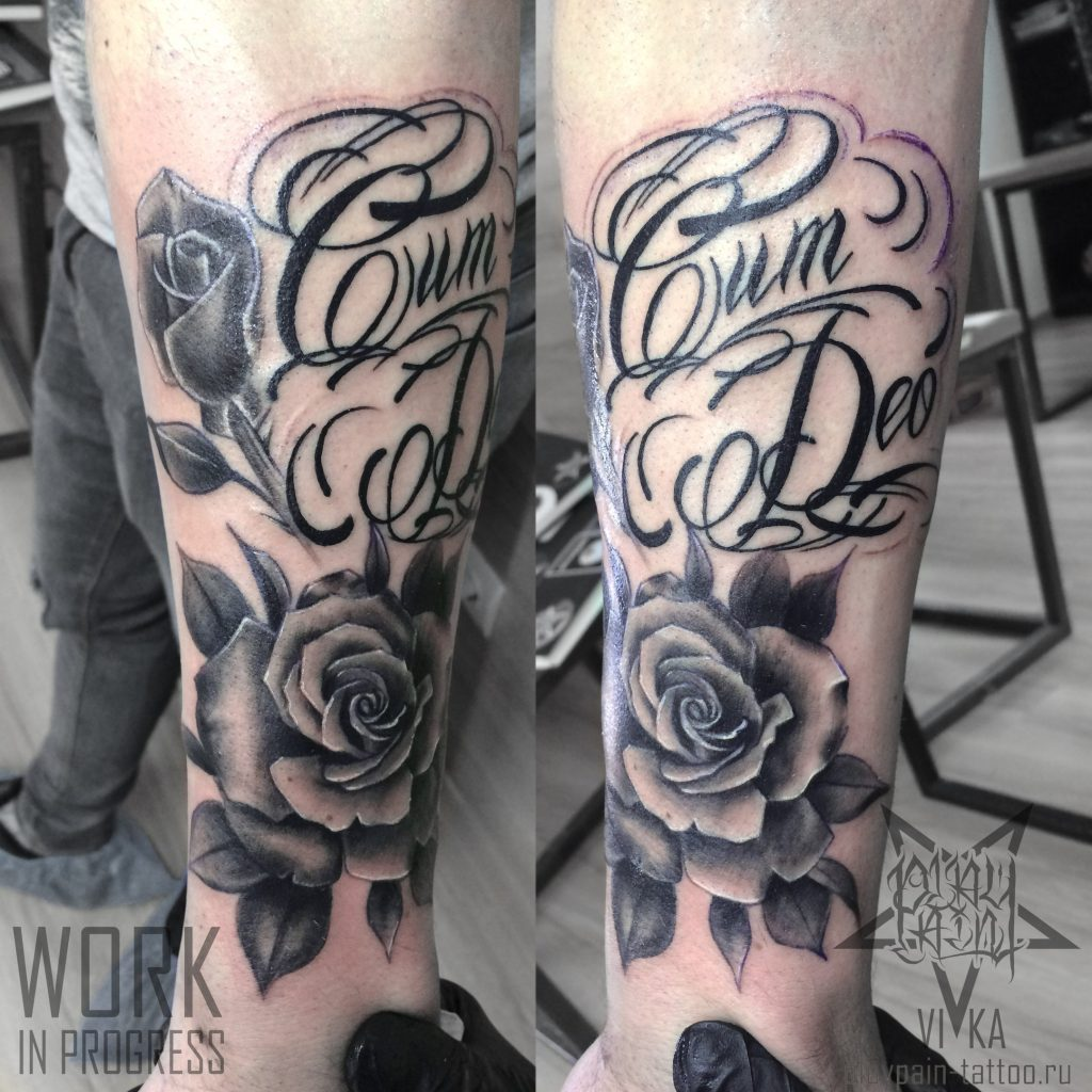 Chicano tattoo, розы и надпись на руке