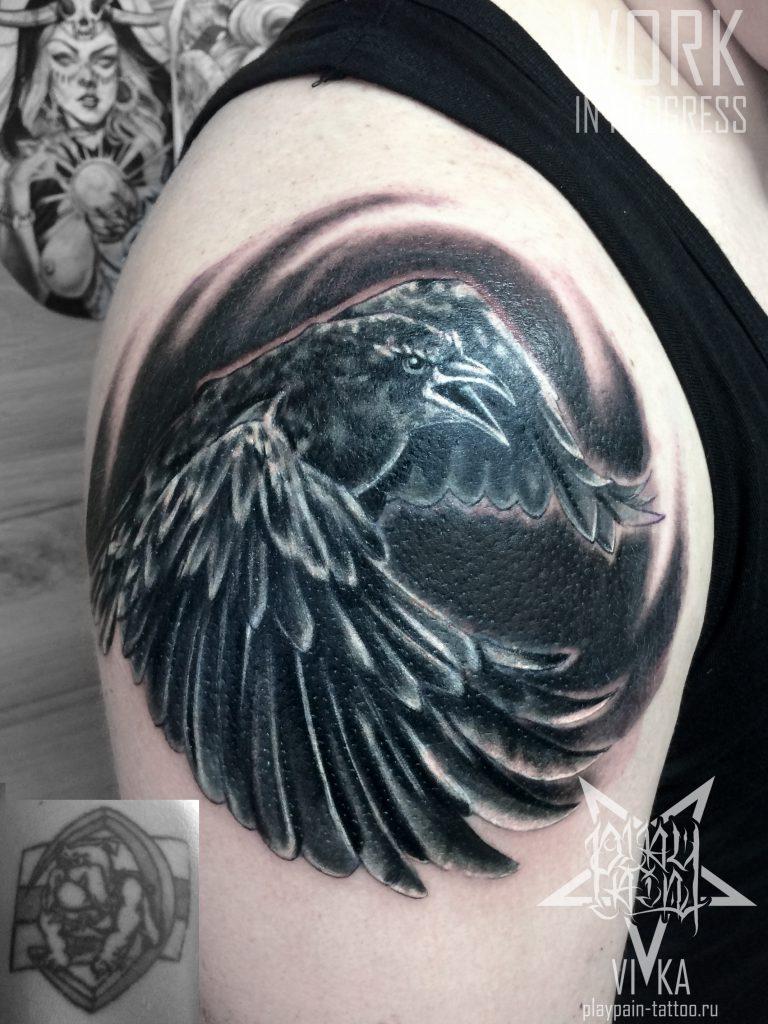 Cover-up (перекрытие) старой татуировки, черно-белый ворон на плече