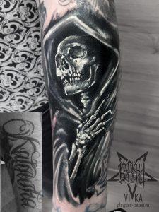 Перекрытие старой татуировки на руке, черно белый череп