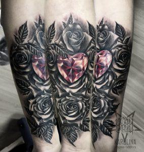 Розы и кристалл в виде сердца, черно-серая тату на руке