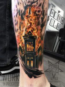 Горящая церковь, татуировка на ноге