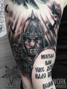 Портрет богатыря, черно-серая тату на плече