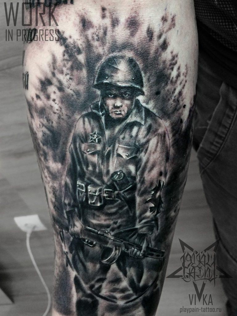 Солдат в черно-сером реализме, татуировка на предплечье, рукав в процессе