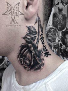 Черно серая тату, роза на шее