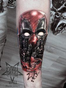 Дэдпул в реализме, татуировка на руке