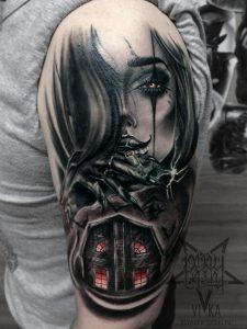 Девушка и страшный дом, художественная татуировка на плече