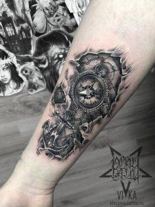 Компас с якорем, татуировка на руке