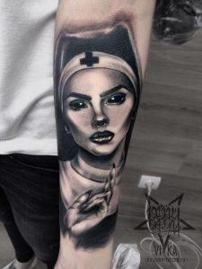 Монашка, татуировка на руке