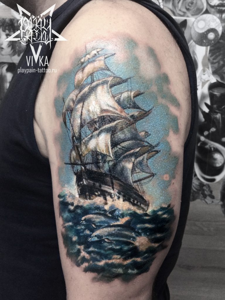 Тату на плече, корабль в цвете