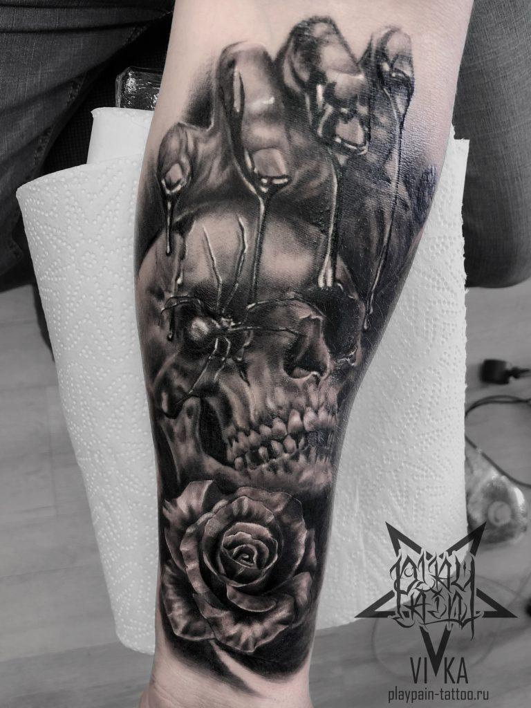 Татуировка черепа с розой на руке