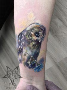 Женская маленькая татуировка, сова на руке