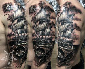 Парусник с компасом, черно-серый реализм, тату на мужском плече