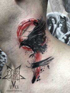 Трэш-полька, татуировка ворона на шее