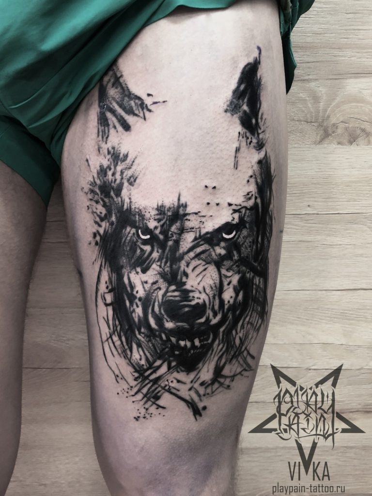 Волк в стиле трэш-полька, мужская тату на бедре