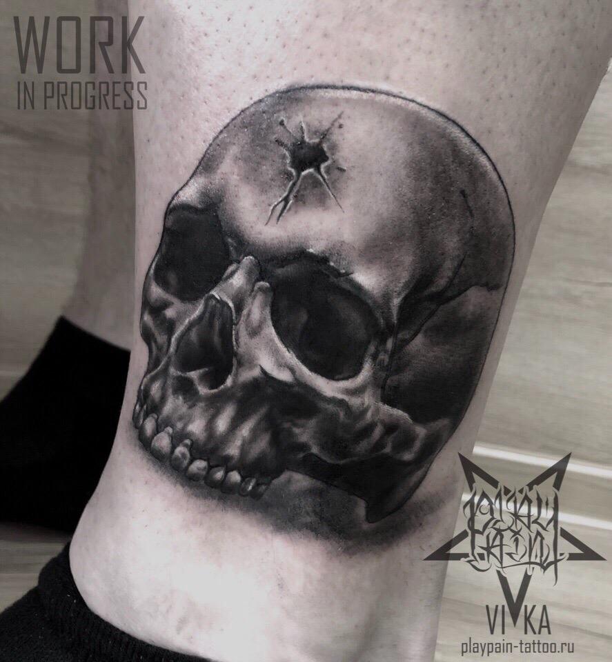 Череп, черно-серая мужская татуировка