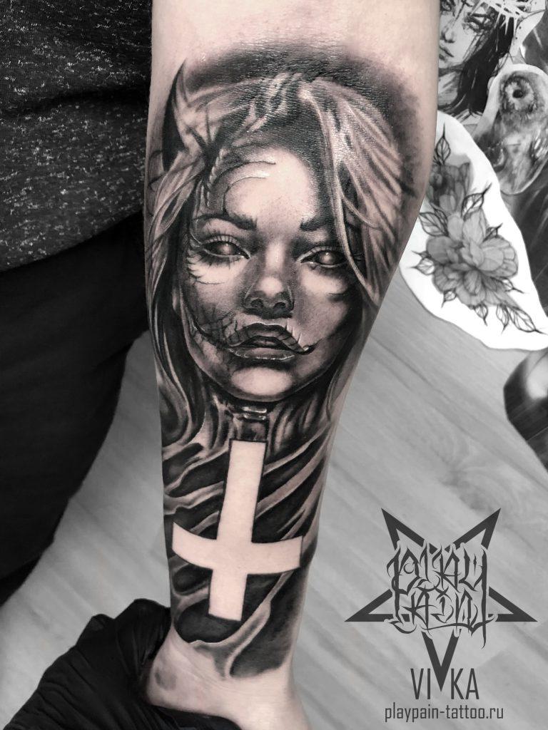 Девушка демон, черно-серая татуировка на руке