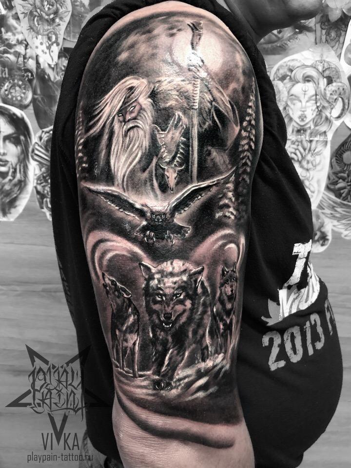 Колдун и волки, татуировка на мужском плече