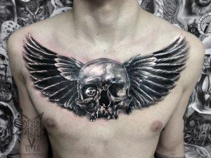 Череп с крыльями, татуировка на груди