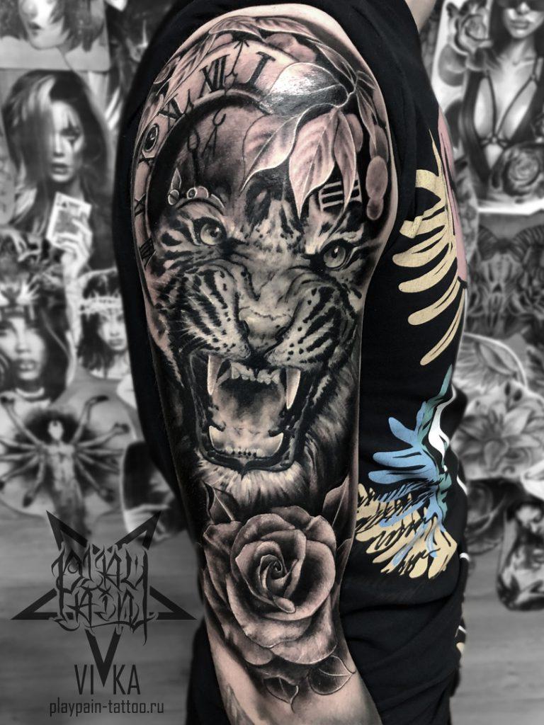 """Художественная татуировка """"Тигр с часами и розой"""""""