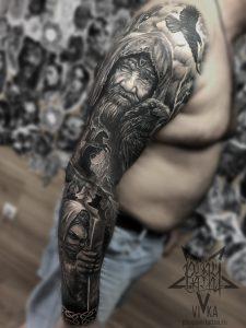 Мужской рукав, черно-серая татуировка